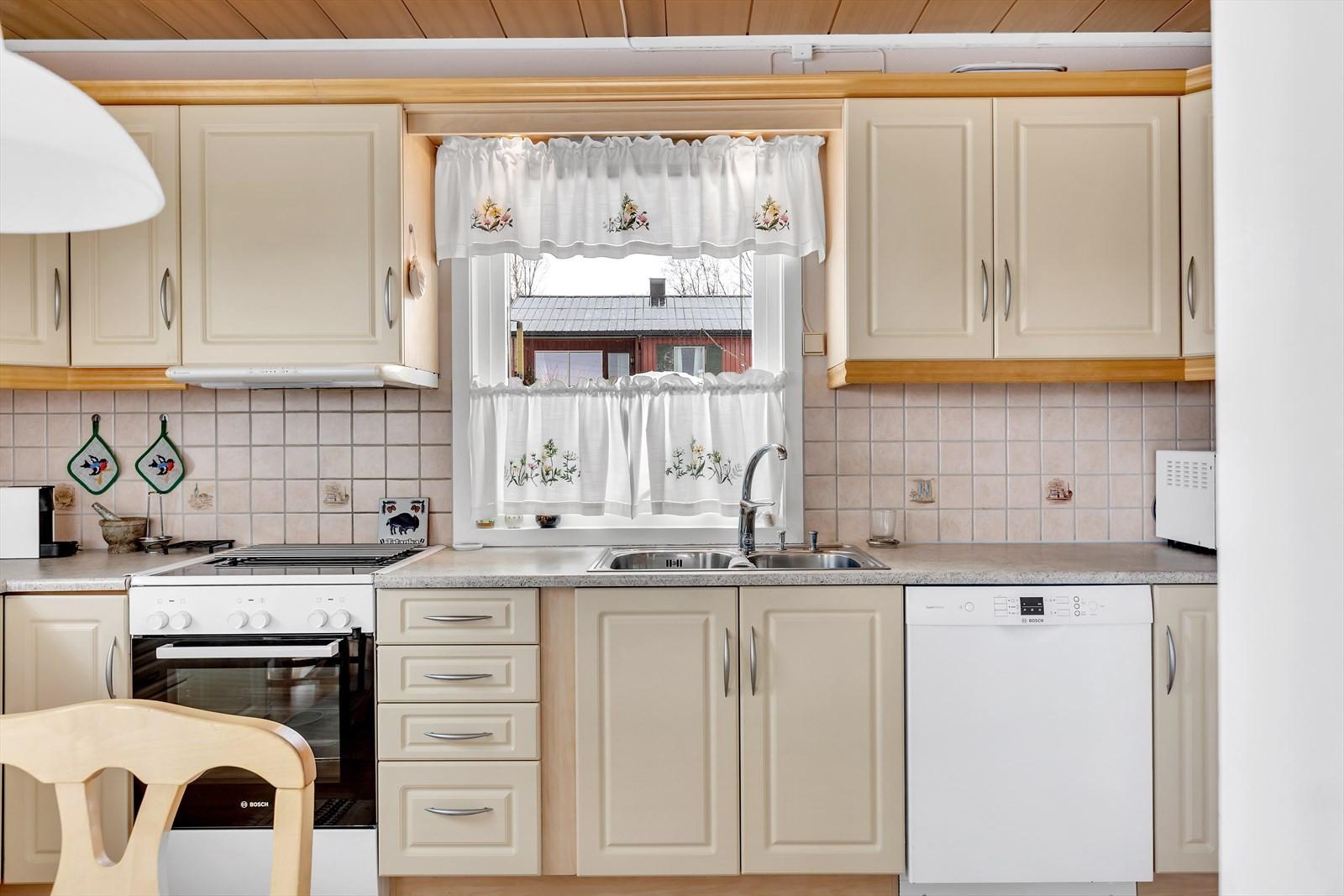 Lys kjøkkeninnredning med profilerte fronter