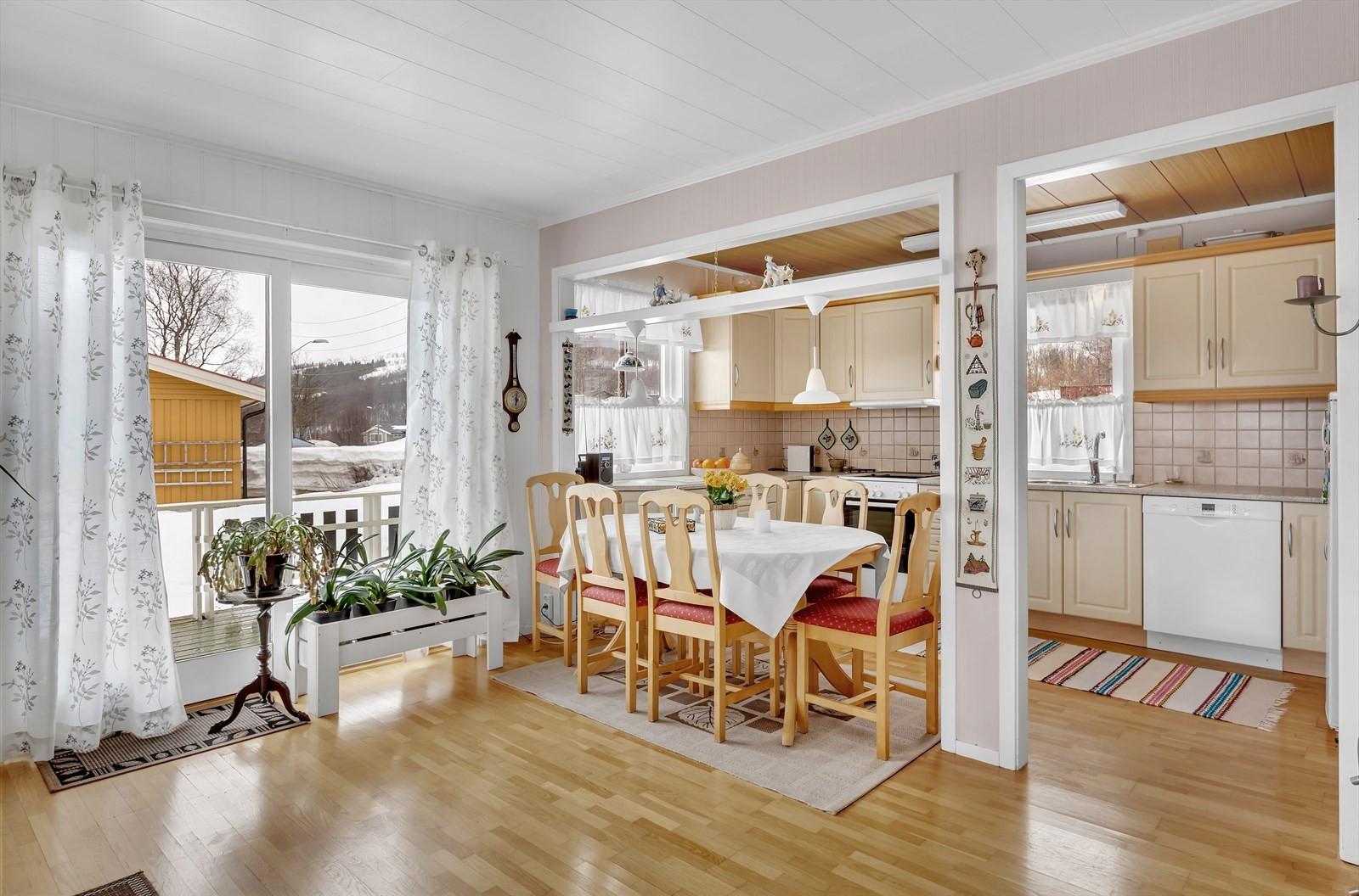 Plass til spisebord mellom stue og kjøkken