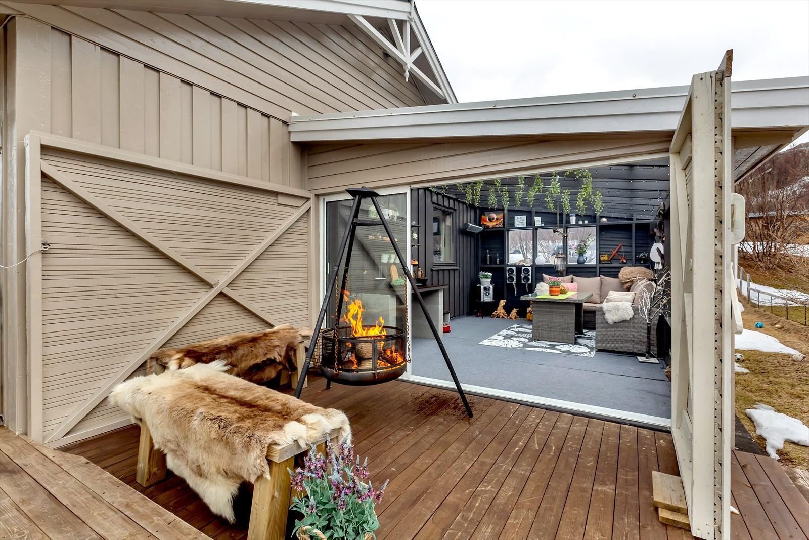 Flott vinterhage etablert på terrassen i samme plan som stue og kjøkken