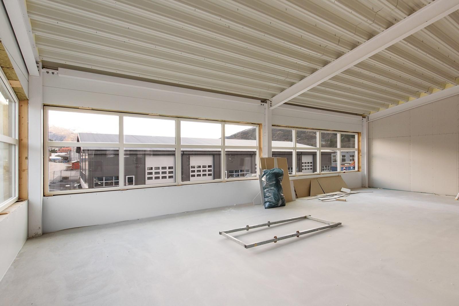 Byggets 2. etasje har store vindusflater.