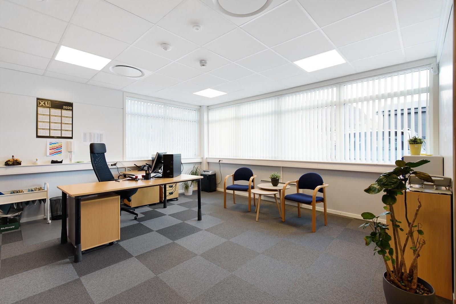 Bilde av kontorlokaler i byggets 1. etasje som viser valg av materialer og kvaliteter.