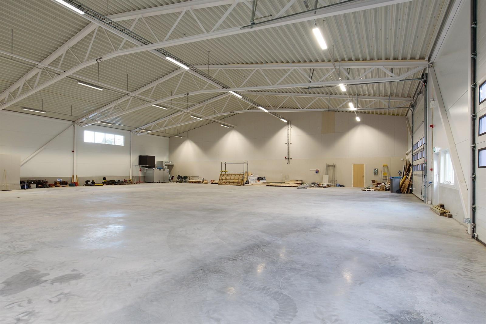 Nyoppført lagerhall med betongdekke, god takhøyde og stor kjøreport.