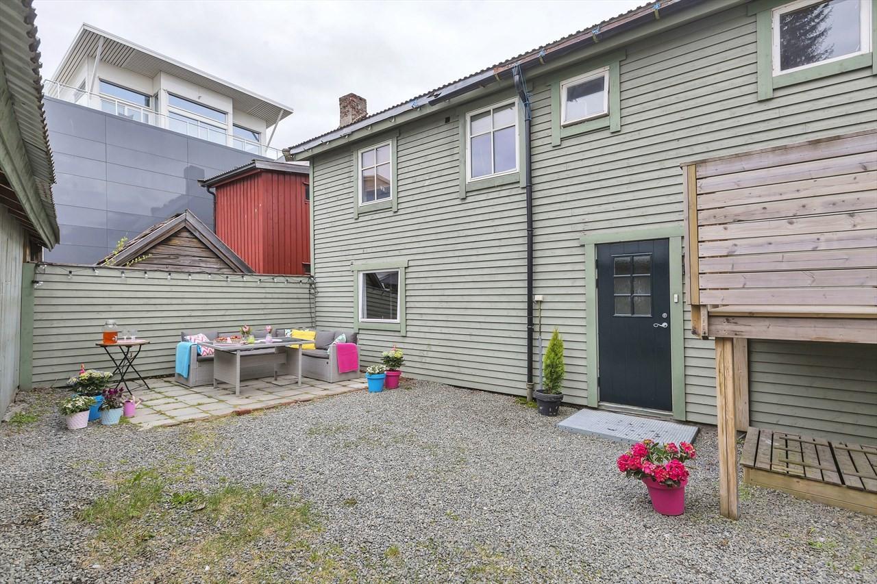 Bakgården er boligens beste fasilitet; rikelig med plass til hagemøbler og lignende