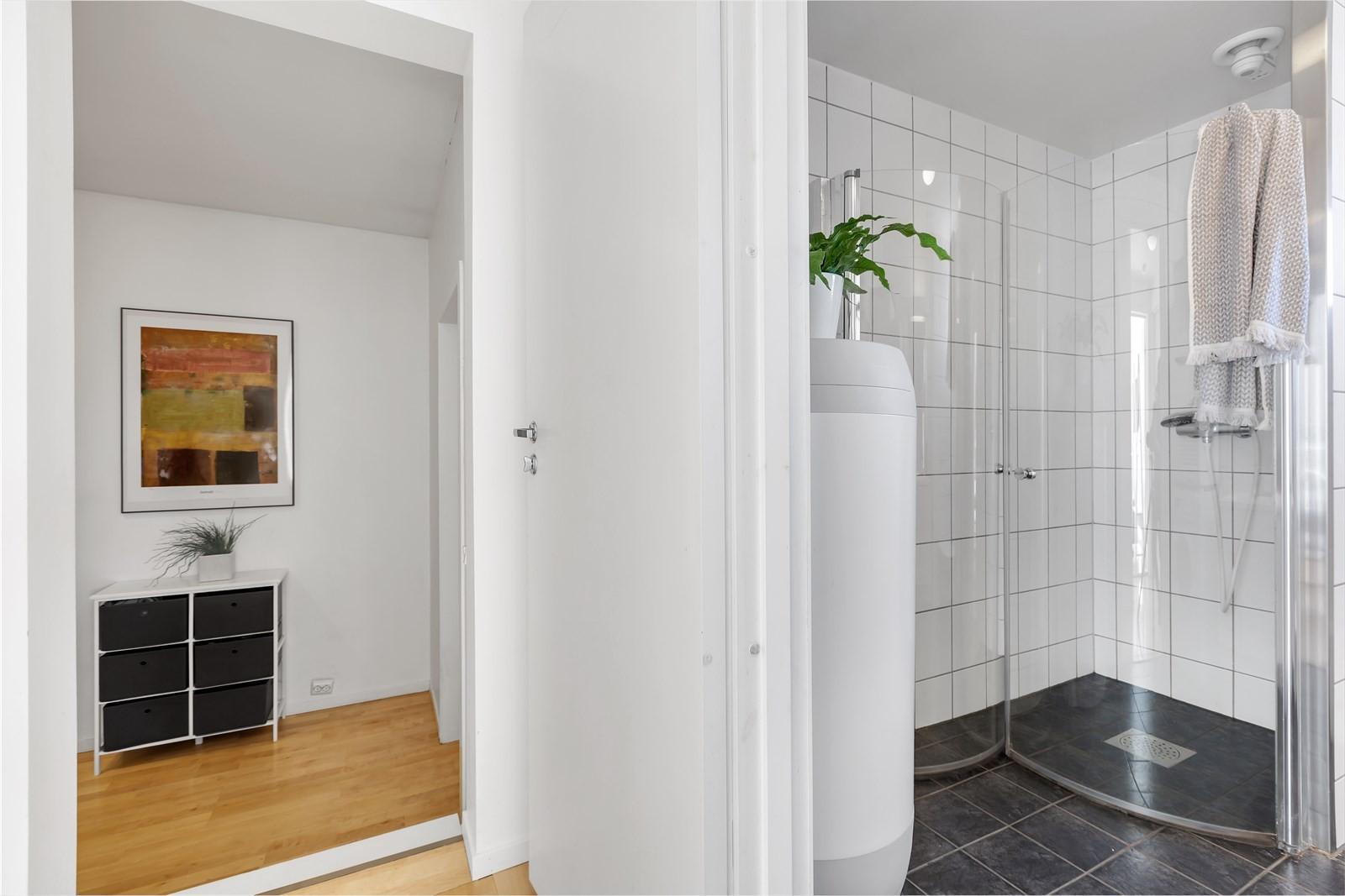 Badrom med flislagte gulv- og veggflater.