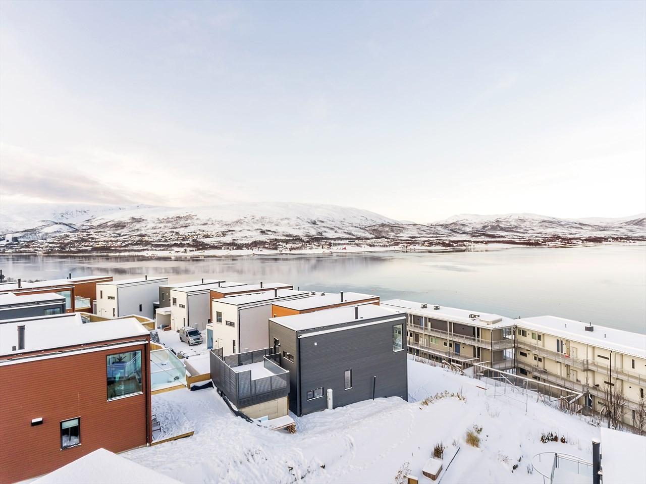Utsikt mot Sandnessundet, Kvaløya og Ringvassøya.