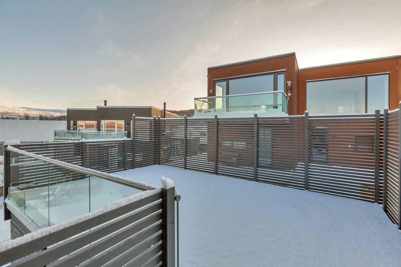 Alle boligene har stor terrasse over carporten.