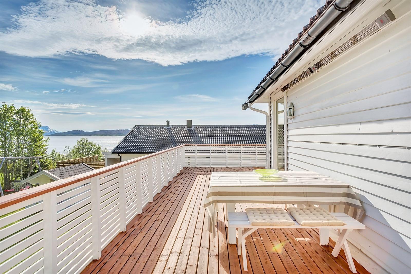 Romslig sørvestvendt balkong med magisk utsikt og sol fra morgen til kveld.