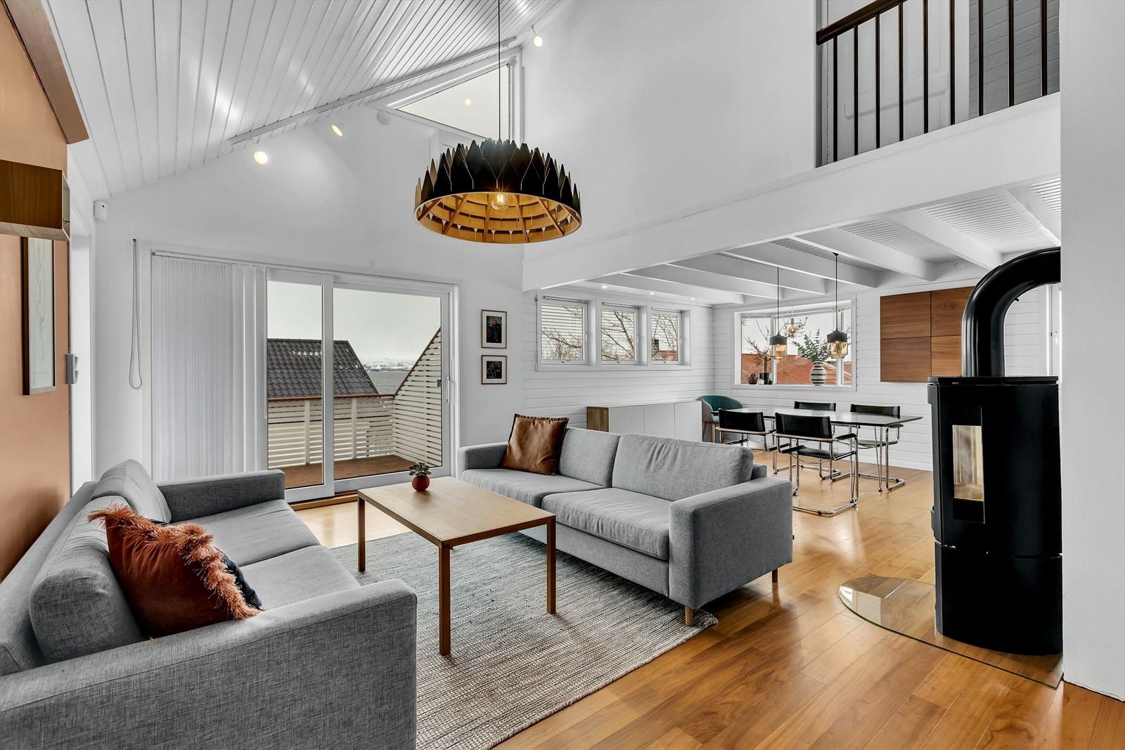 Meget tiltalende stue med god takhøyde og fresh belysning.