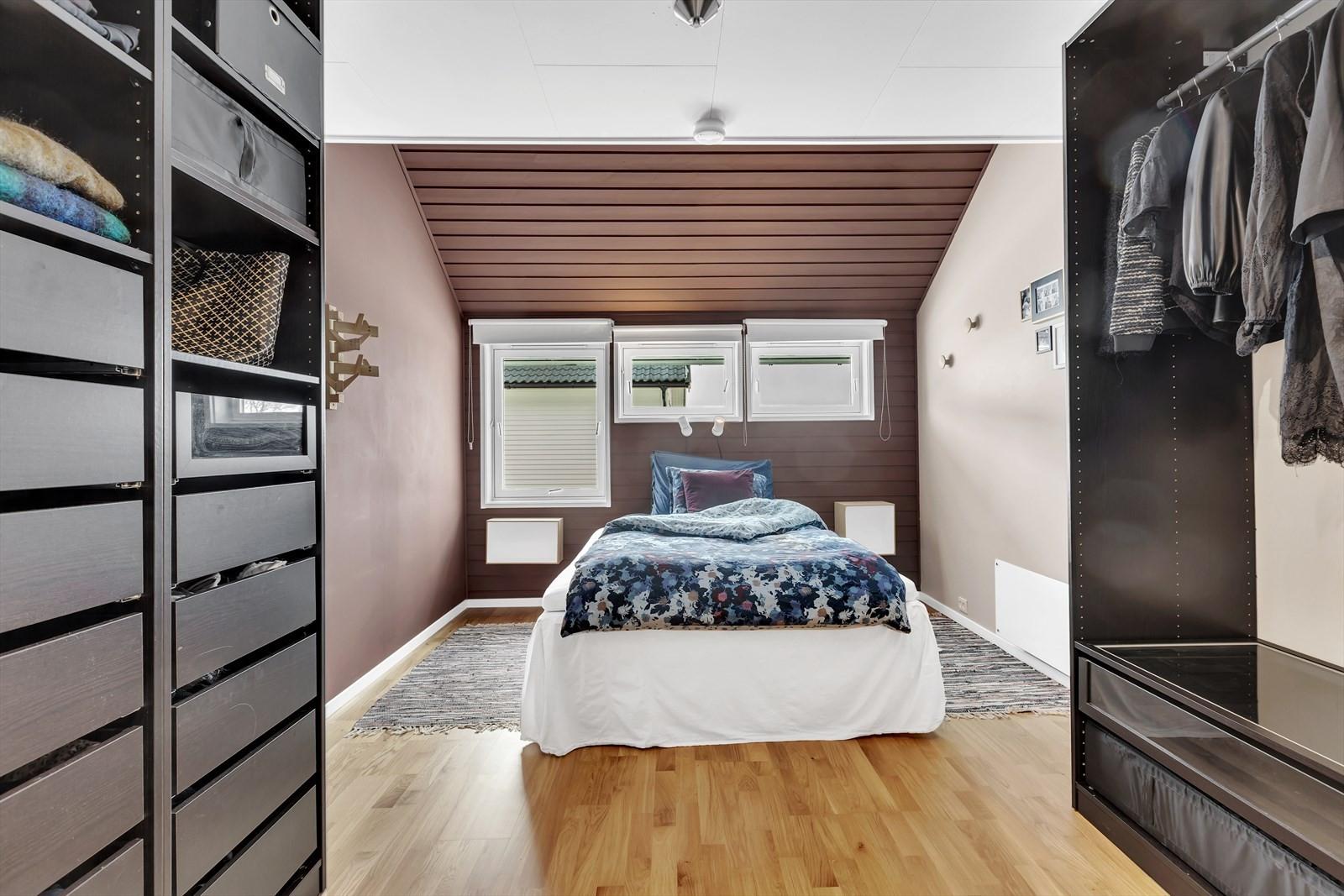 Master bedroom med flotte garderober.