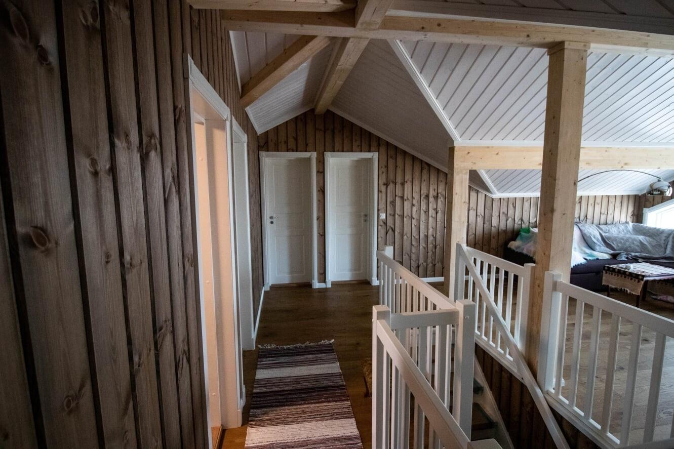 Fra en hytte av type HEMSEDAL bygget i Hattevarden Hyttegrend. Hytten er utvidet i både høyden og i bredden.  Den har også flere spennende kundetilpasninger og tilvalg.  Spør oss gjerne om disse.