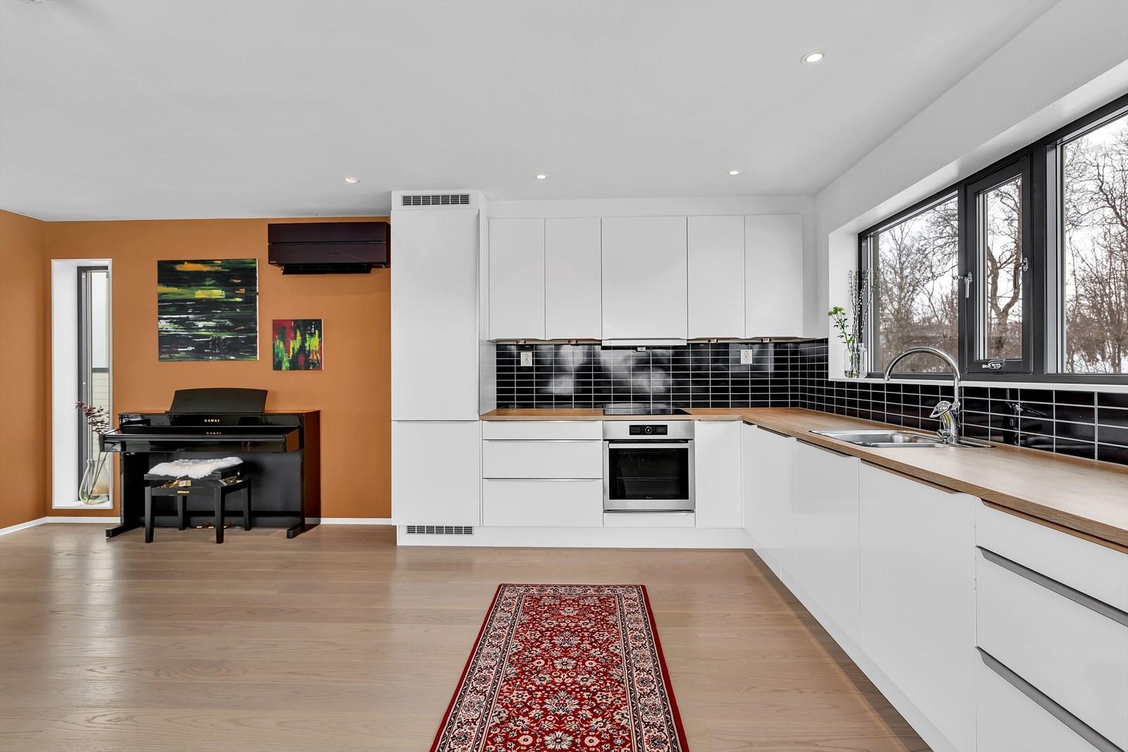 Kjøkkenet har mye skap- og benkeplass samt integrerte hvitevarer