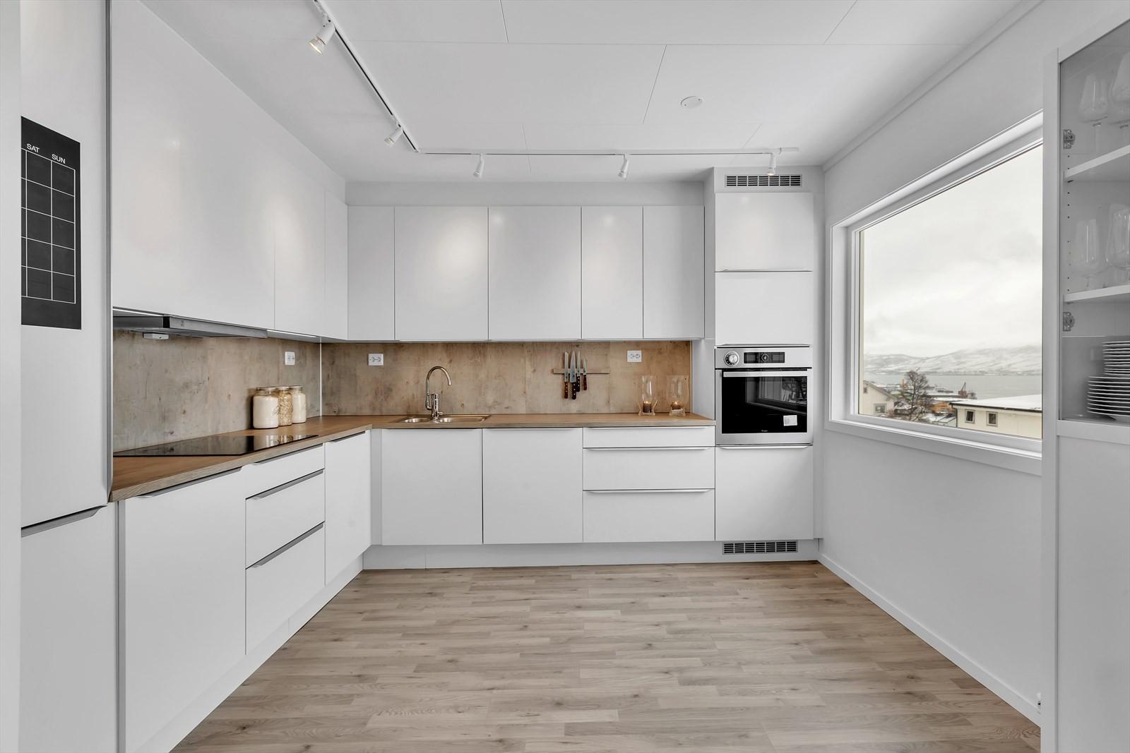 Stort vindu som gir mye lys i kjøkkenet