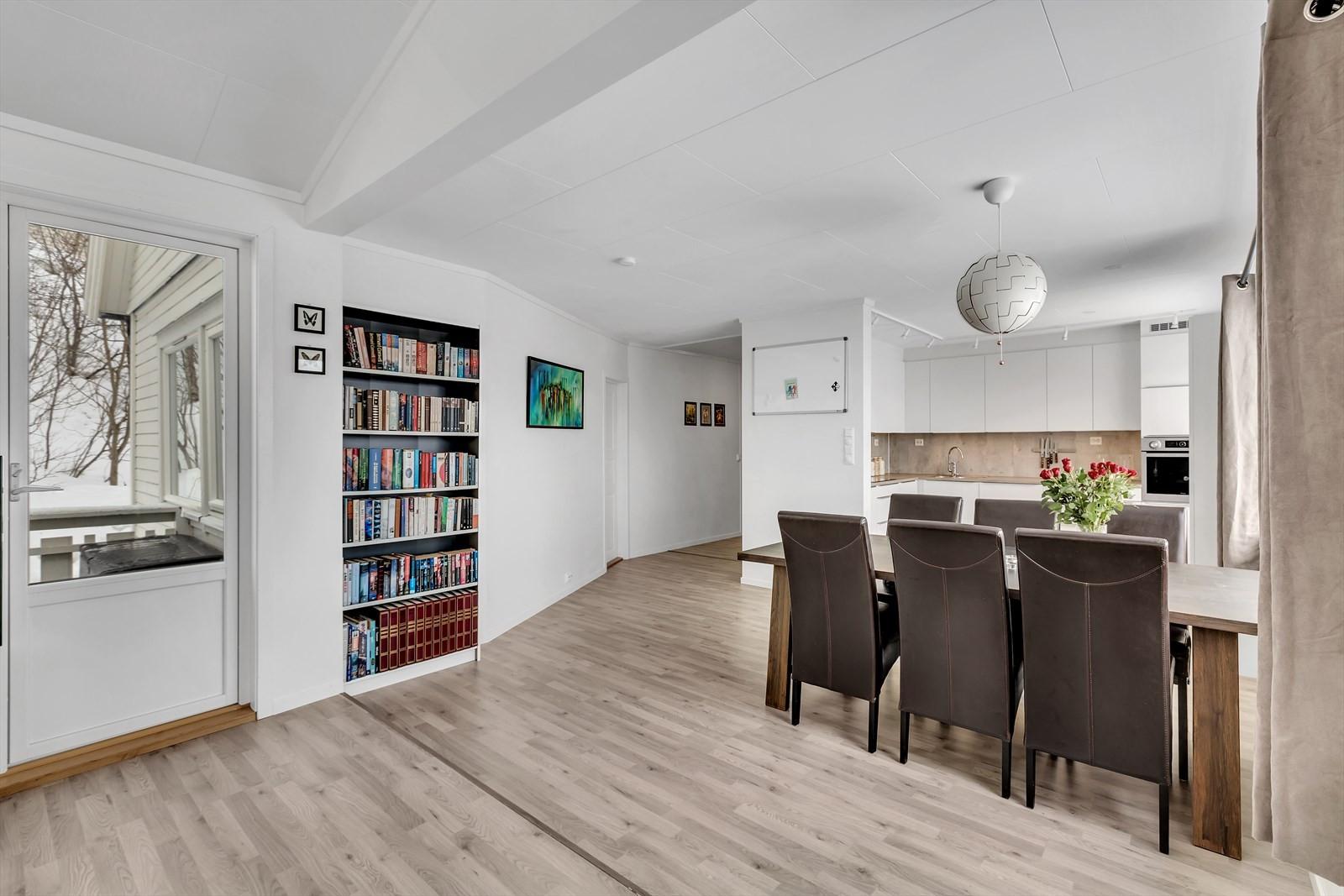 God plass til spisebord mellom stue og kjøkken.
