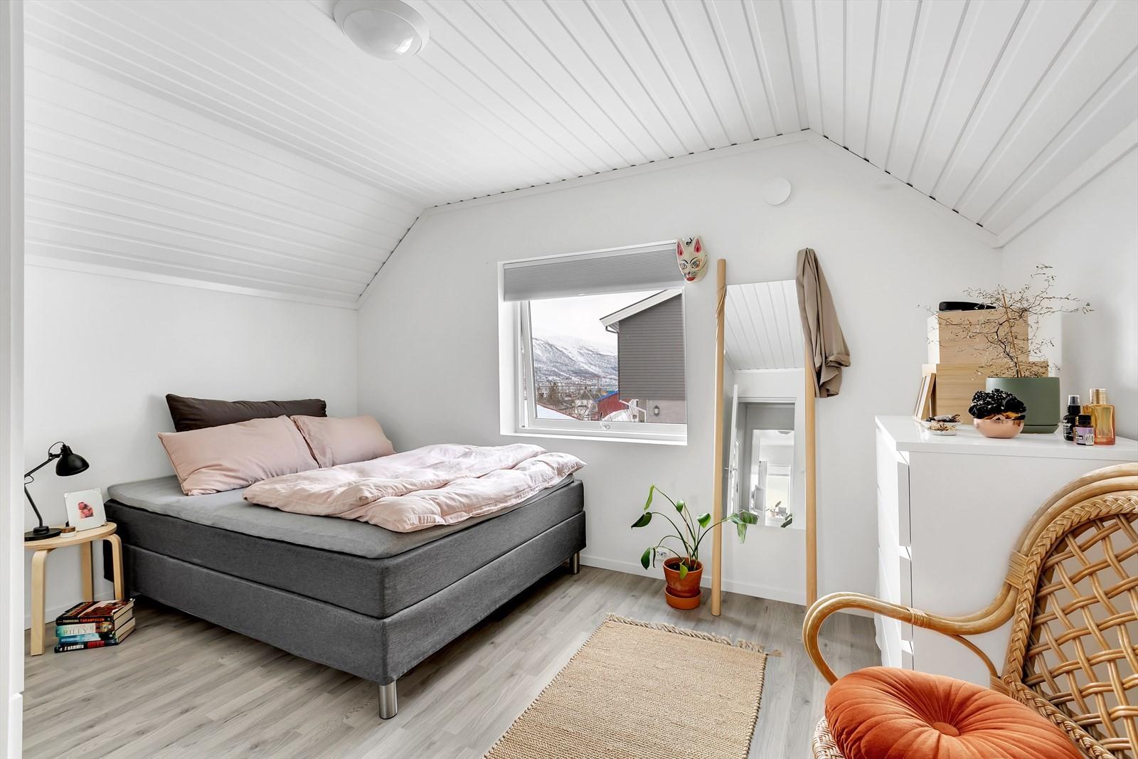 Soverom (hybel) på loftet