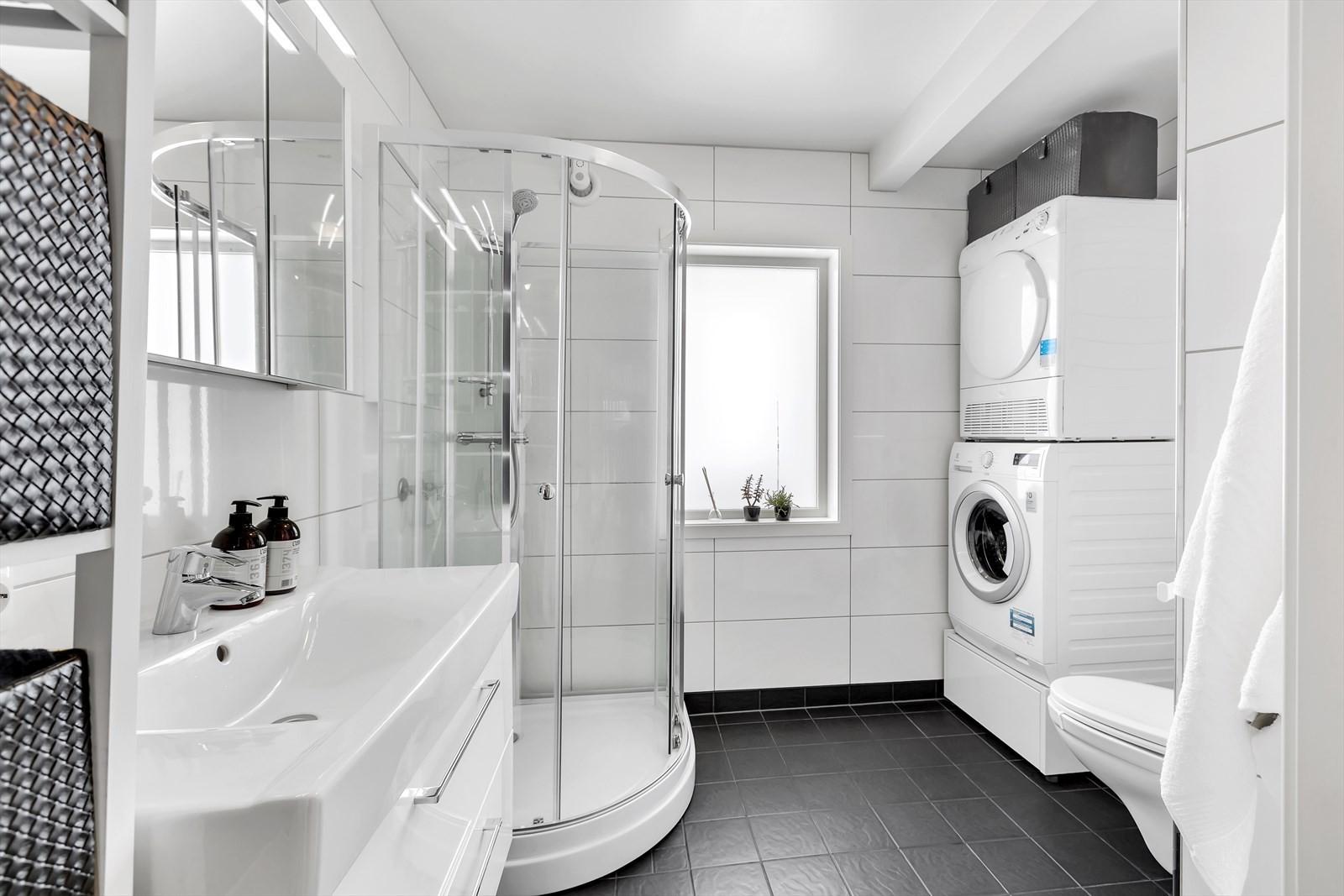 Flislagt bad (1.etasje) med dusjkabinett, og plass for vaskemaskin og tørketrommel