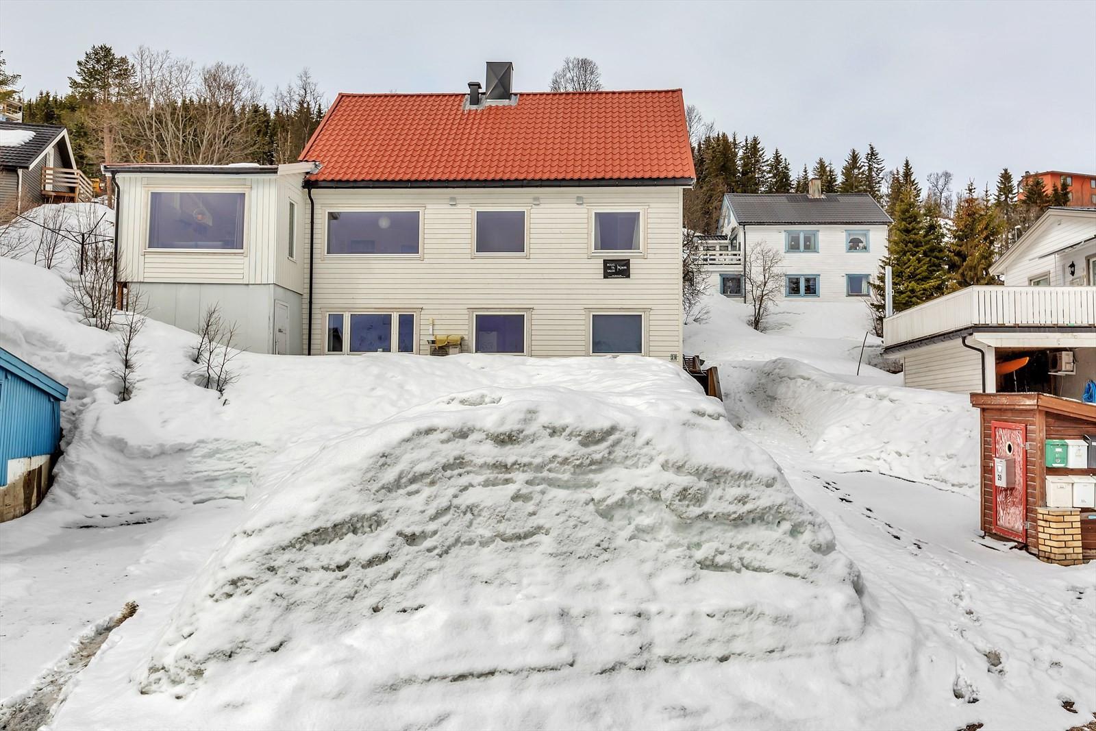 Leilighetene har parkering mot veien. Adkomst på høyre side av huset.