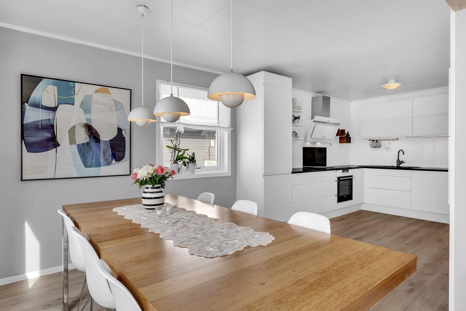 Spiseplass og moderne kjøkken.