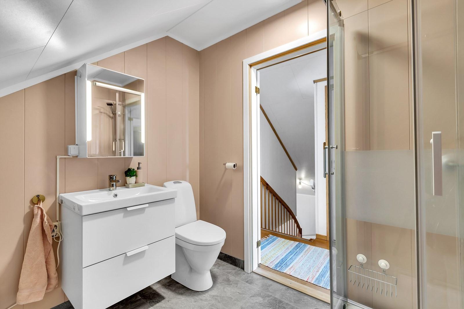 Badrom med toalett og dusj i 2. etasje.