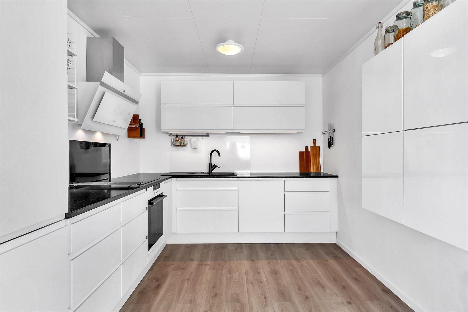 Kjøkken har moderne preg og lyse innredning.