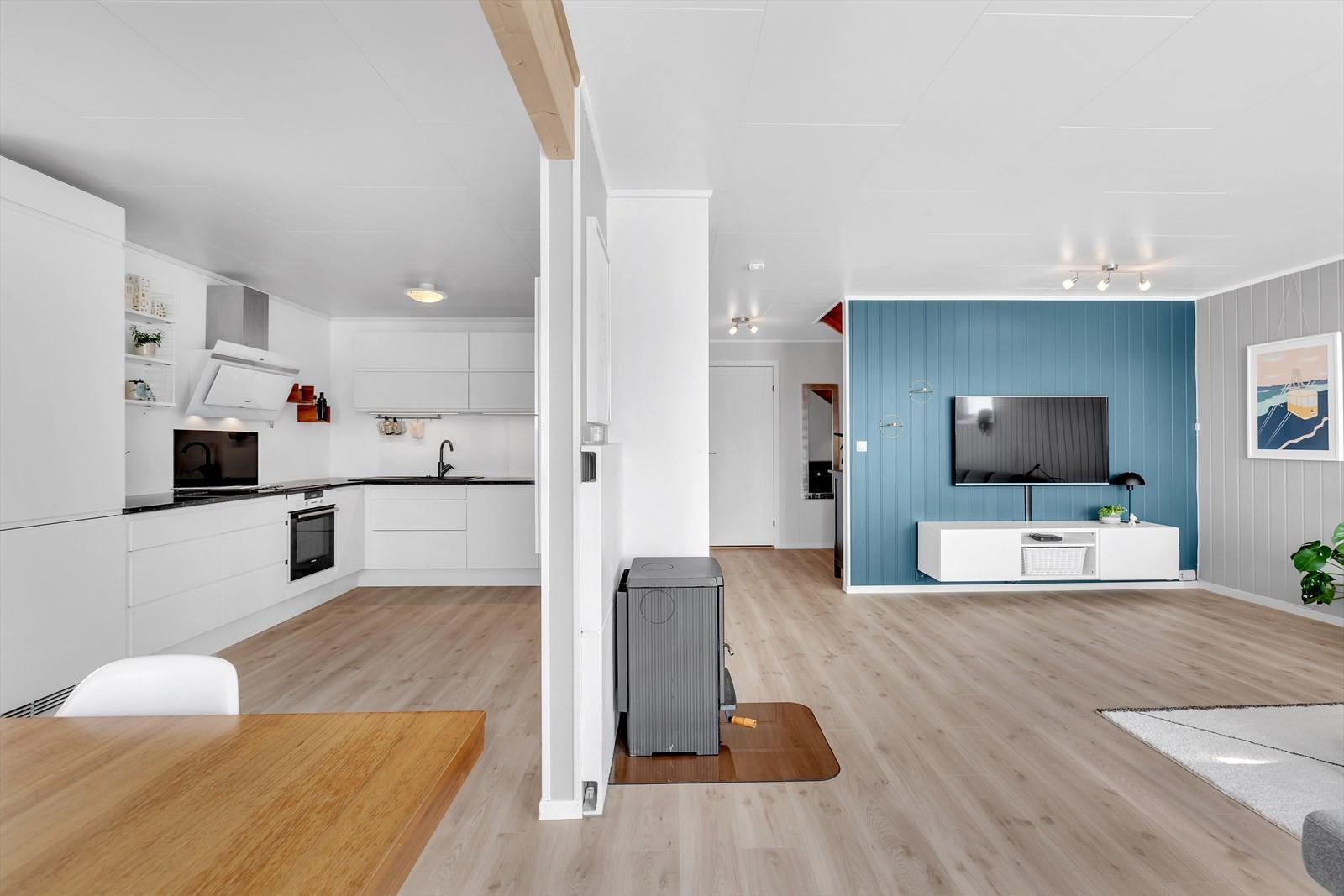 Kjøkken og stue i delvis åpen løsning.