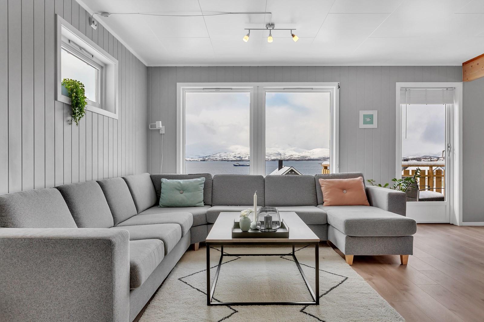 Flott utsikt til Kvaløyfjellene, innseilinga fra sør og Sør-Tromsøya.