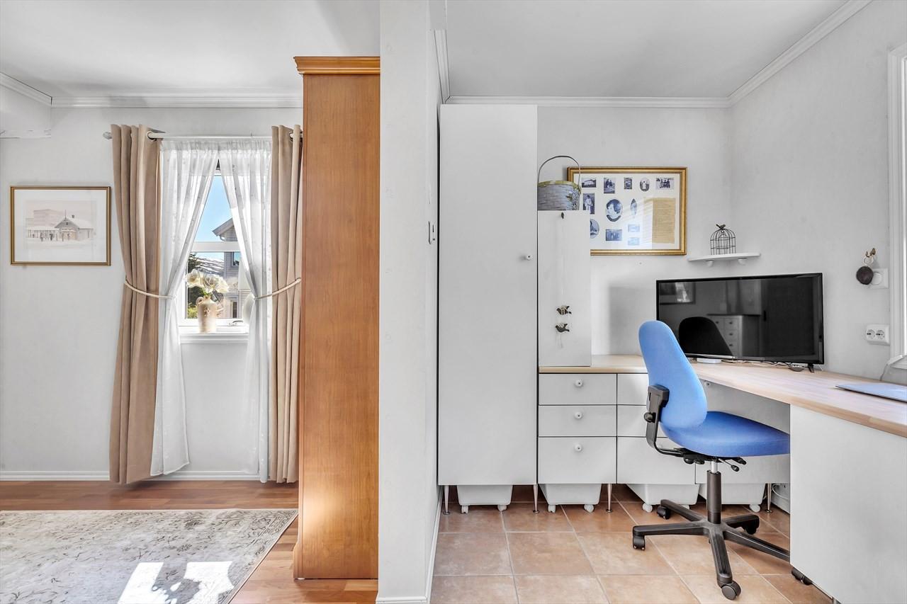 Det er etablert et arbeidsrom/kontor i del av det ene soverommet