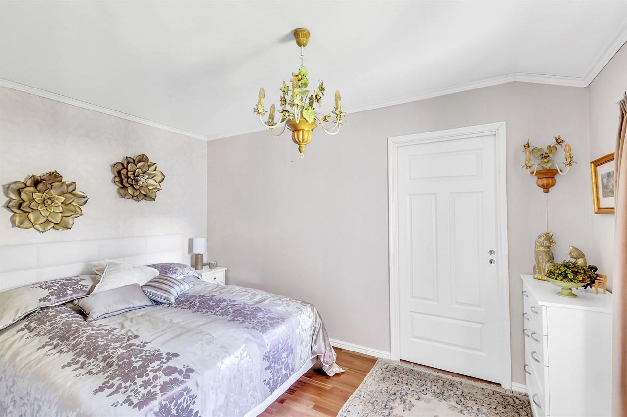 Døren på bildet leder inn til bod i tilknytning til soverommet