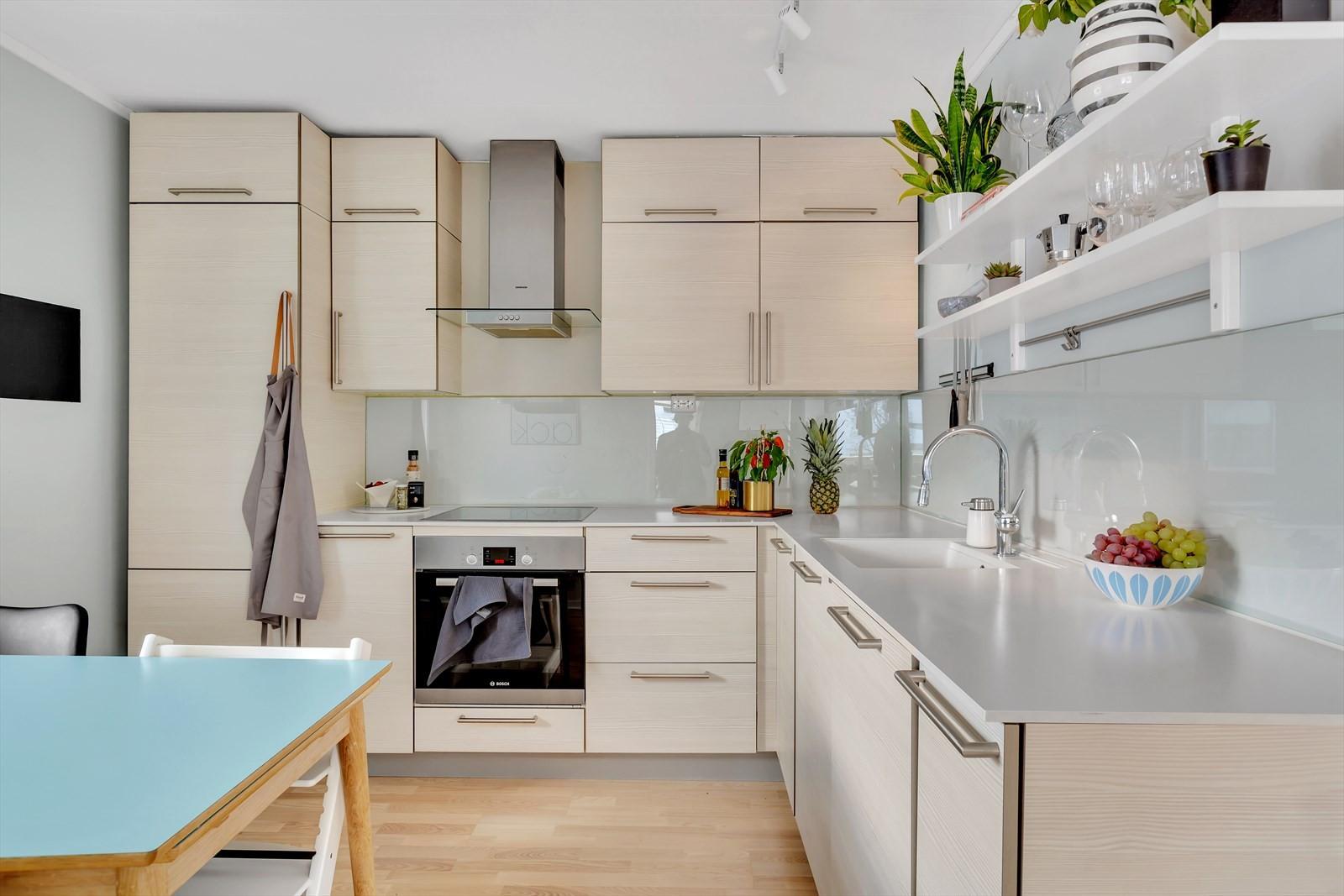 Kjøkken med moderne utførelse. Godt med skapplass og integrere hvitevarer.