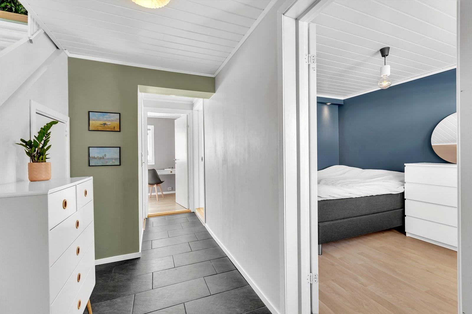 Flislagt entre og 3 soverom liggende rett ved siden av hverandre.