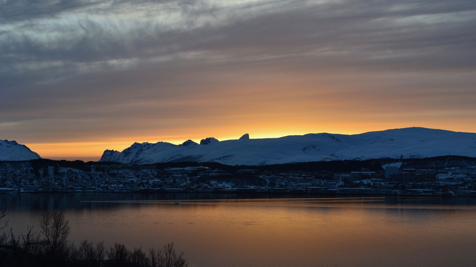 Utsikt over Tromsøya og Kvaløyfjellene. Store Blåmann stikker opp i midten av bildet.