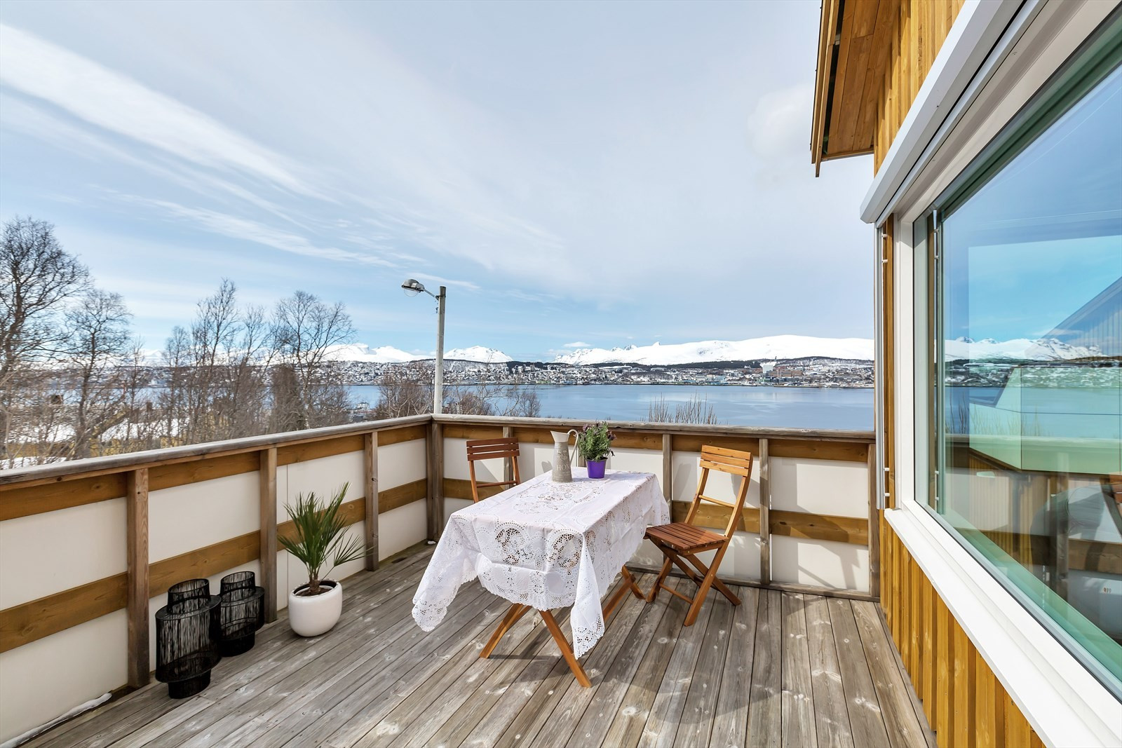 Sørvestvendt balkong med fantastisk utsikt og solforhold.