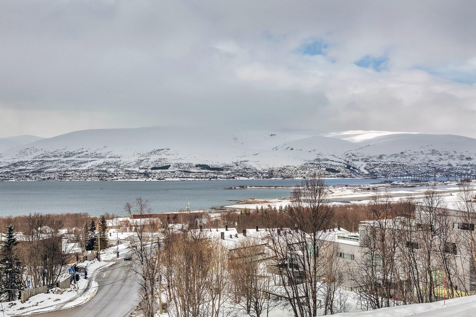 Utsikt mot sundet, over nærområdet og mot Kvaløya