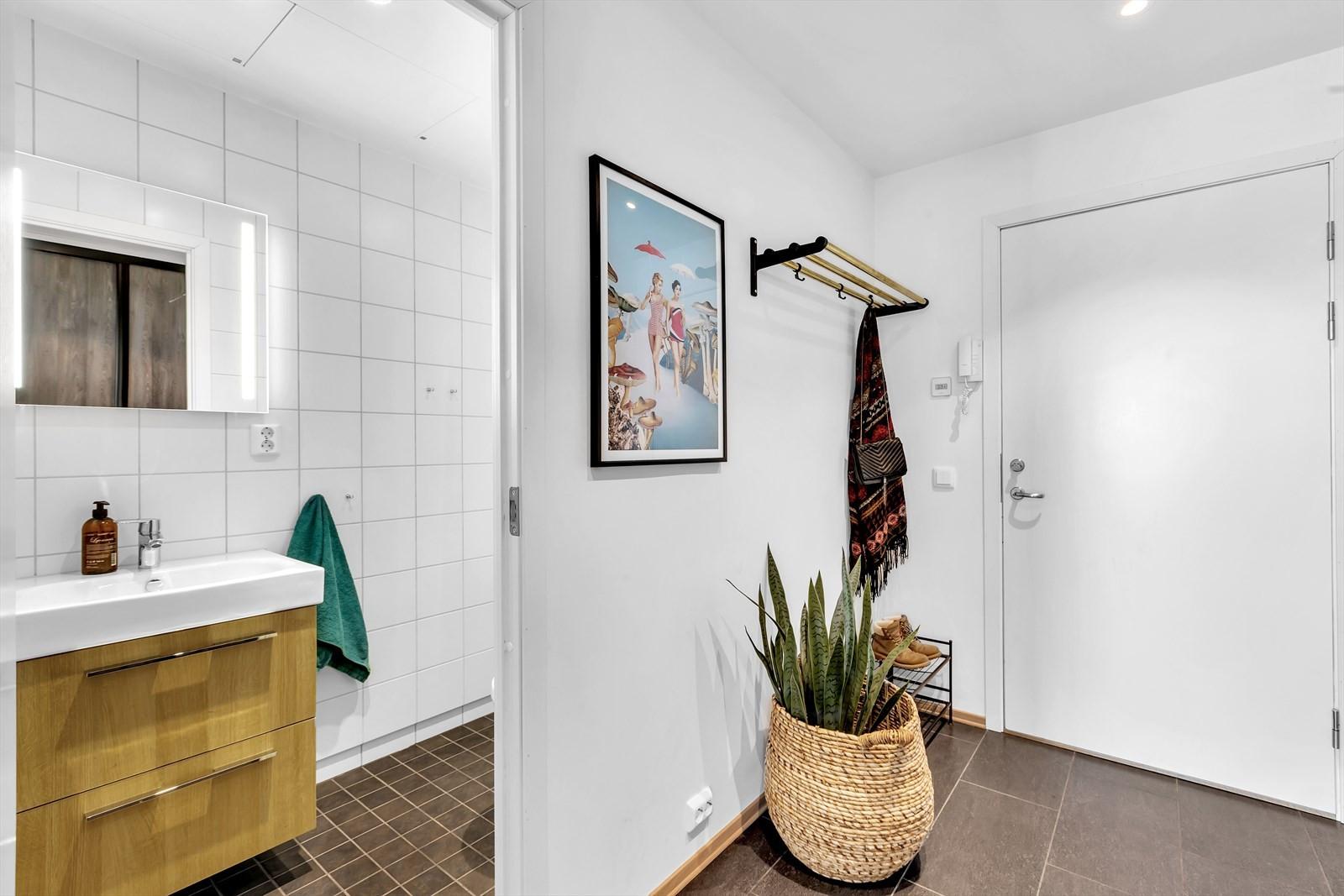 I tillegg til badet finner du dette praktiske WC innenfor inngangspartiet