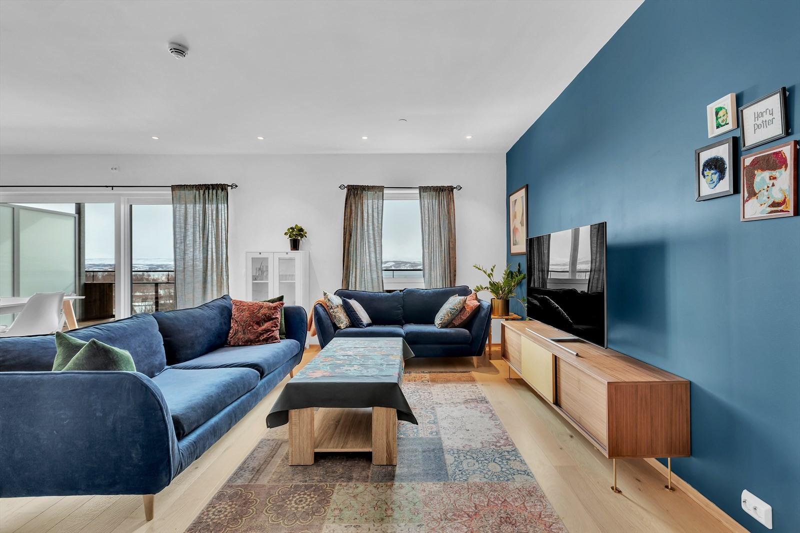 Stuen romslig og malt i delikate farger