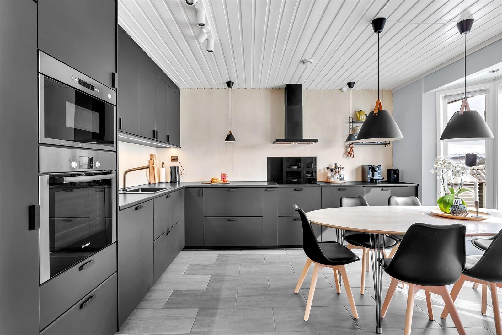 Kjøkkenet er innholdsrikt og nylig fornyet