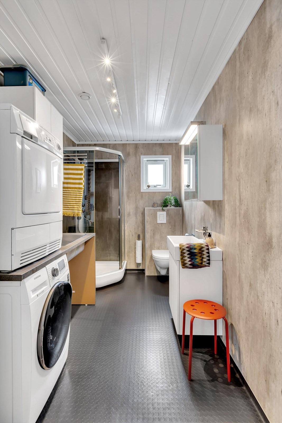 I 1. etasje finner du dette meget praktiske bad/wc/vaskerommet