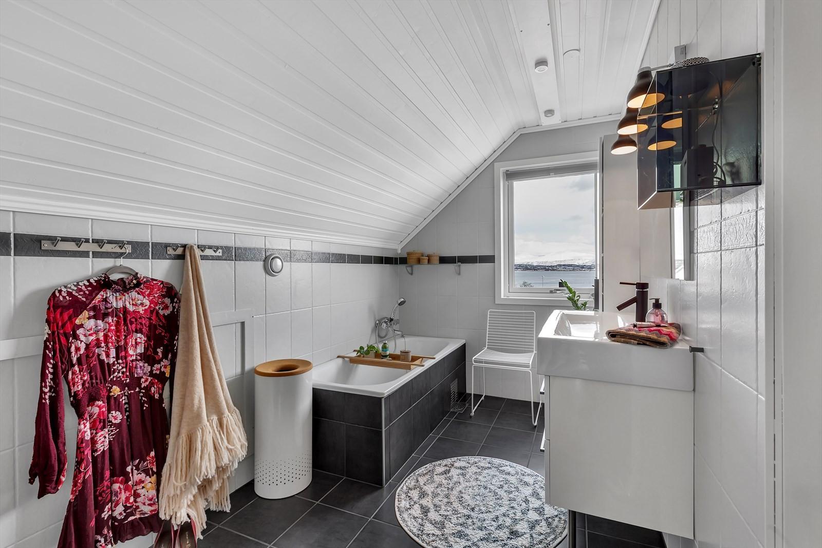 Fint bad med fliser på gulv og vegger