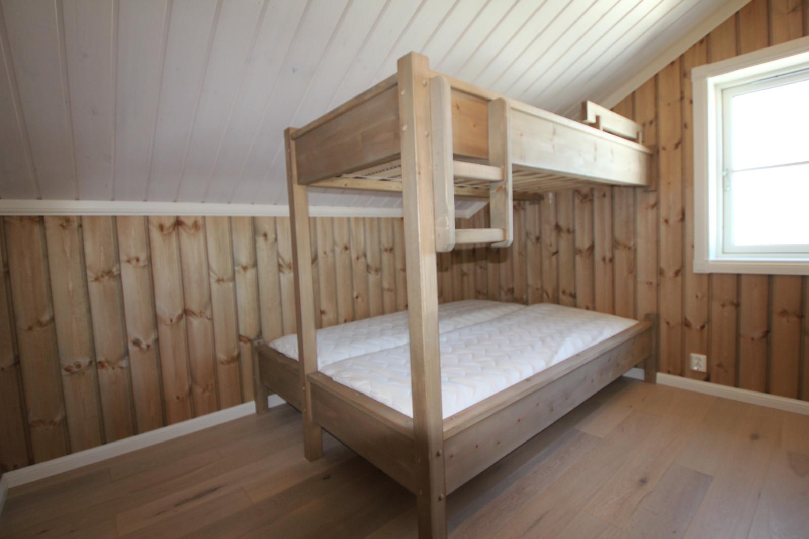 Sov 2. i andre etasje. Plass bygget senger, til valg.
