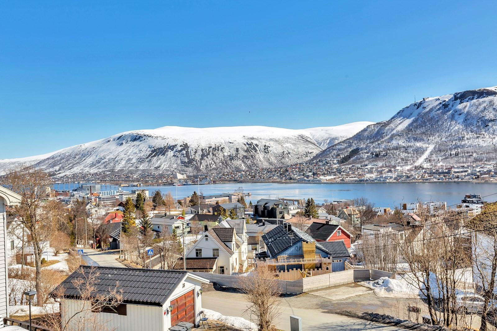 Flott utsikt over byen, havet og Fløya!