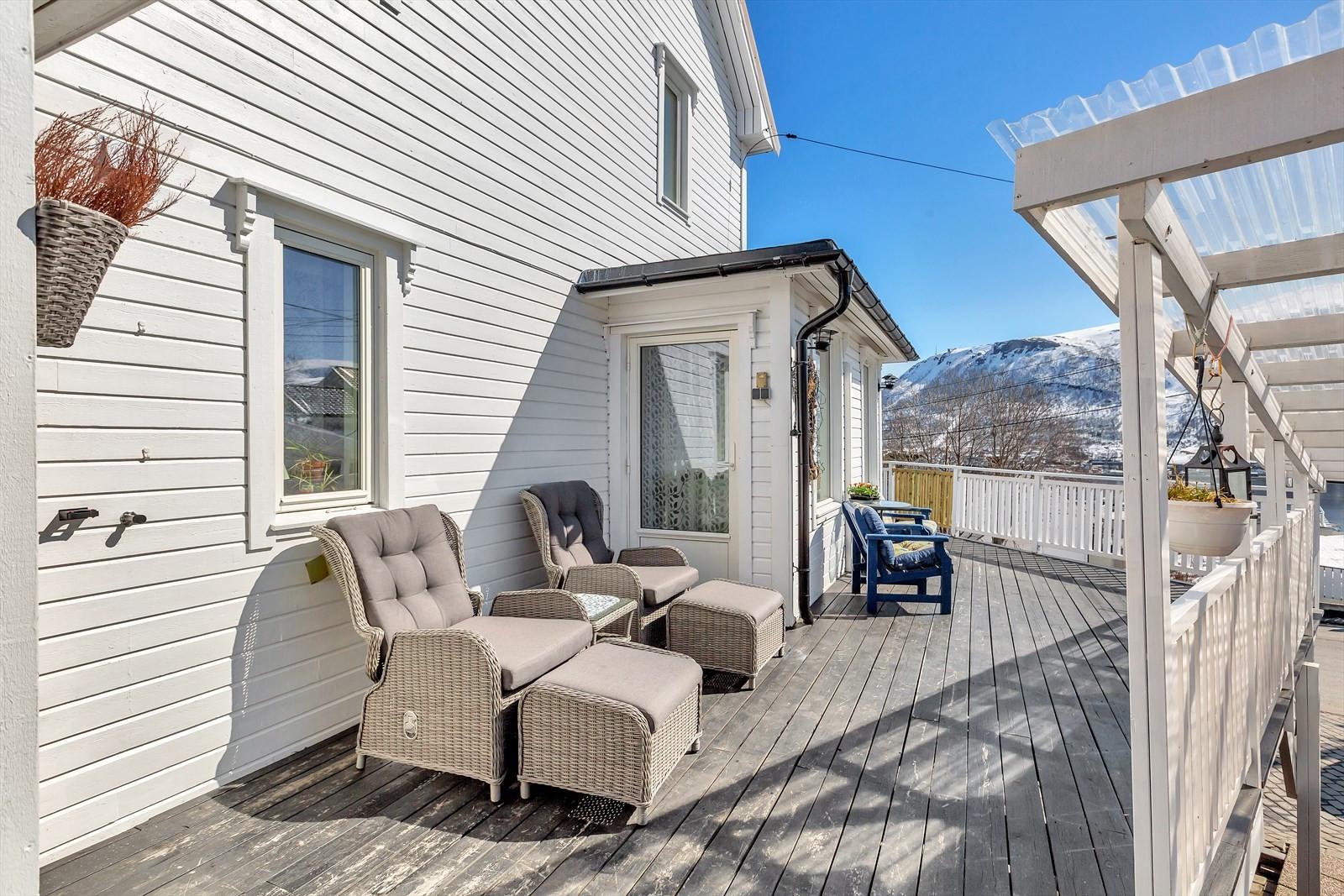 Boligen har en attraktiv beliggenhet på Sør-Tromsøya med gode solforhold en en flott utsikt!