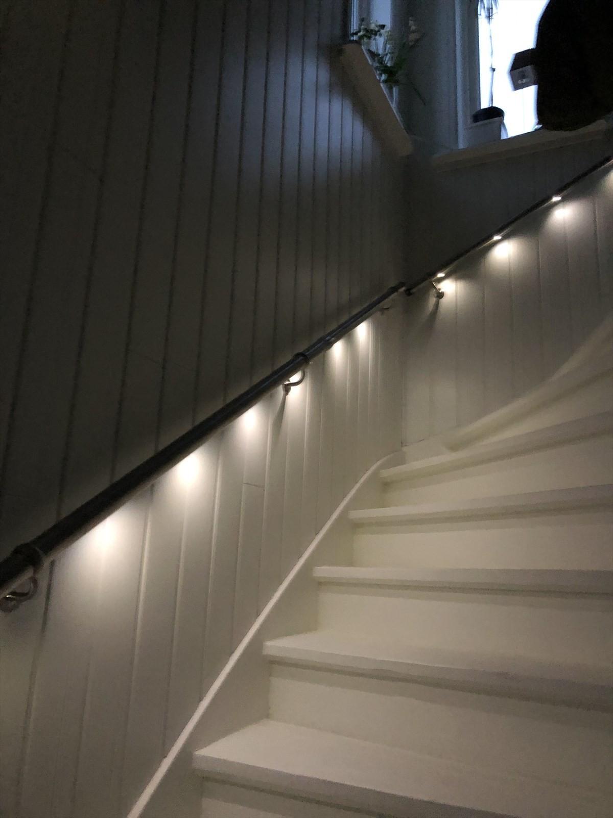 Fresh belysning i trappen mellom etasjene.