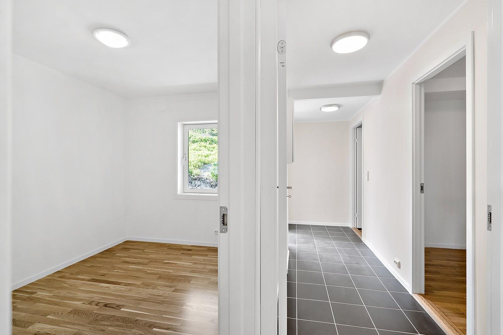 Flislagt gulv i gangen - dør til soverom på begge sider