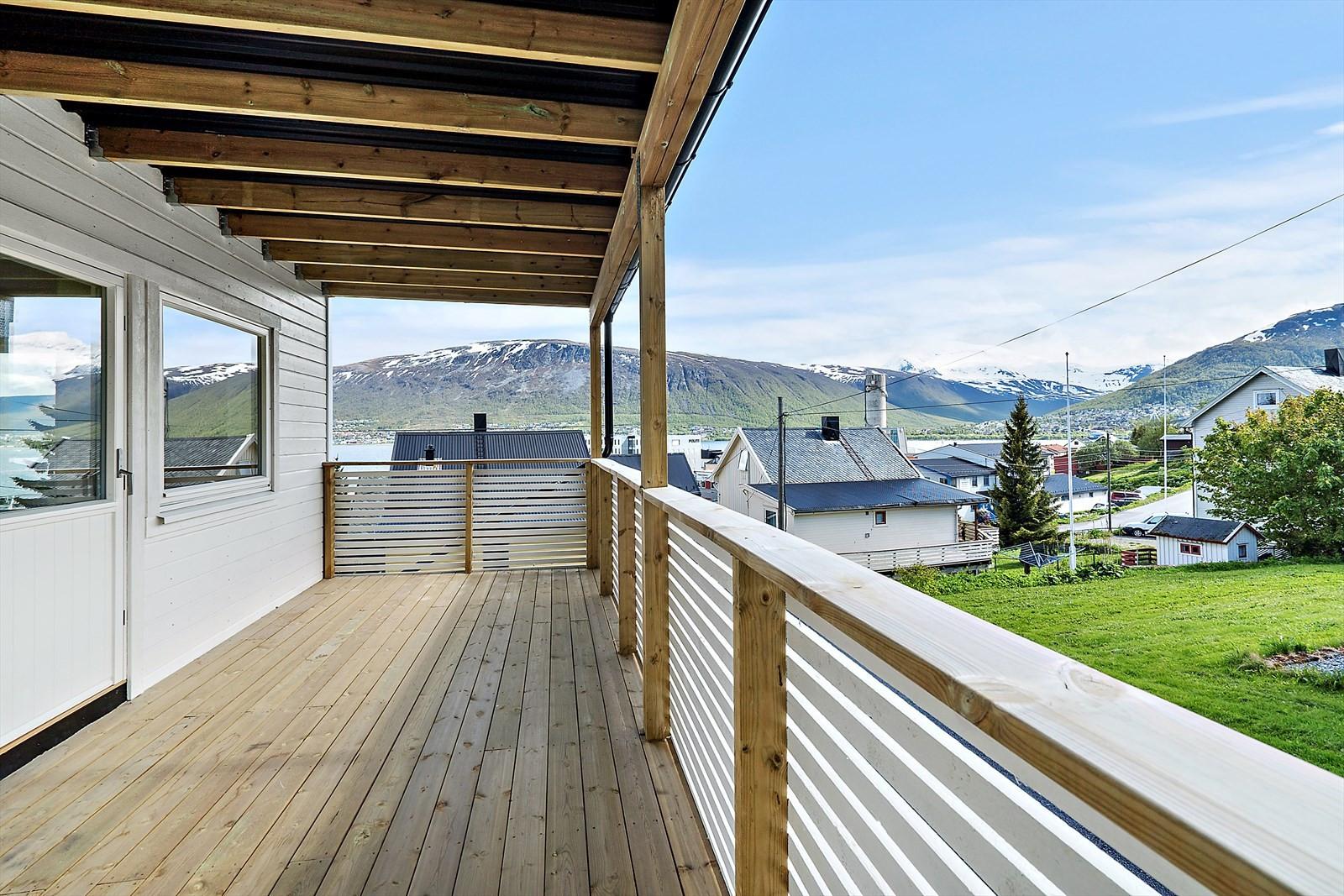 Stor overbygd veranda mot sør