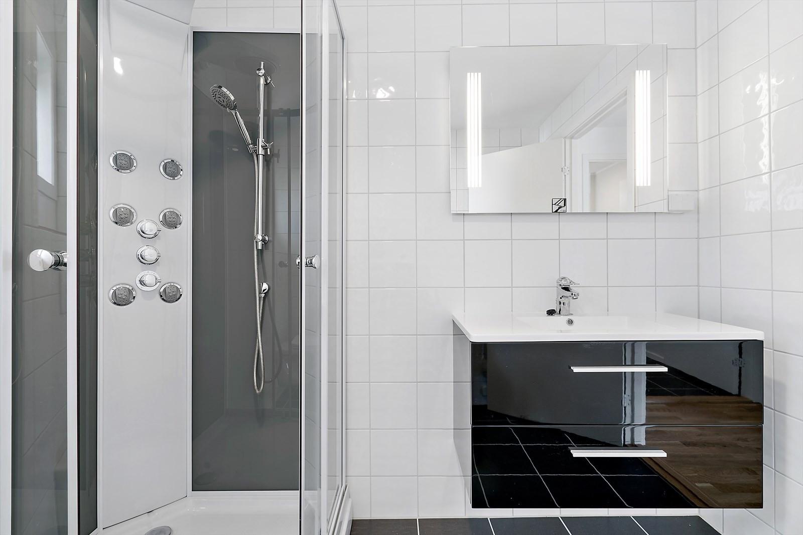 Flislagt bad  - dusjkabinett og speil med lys