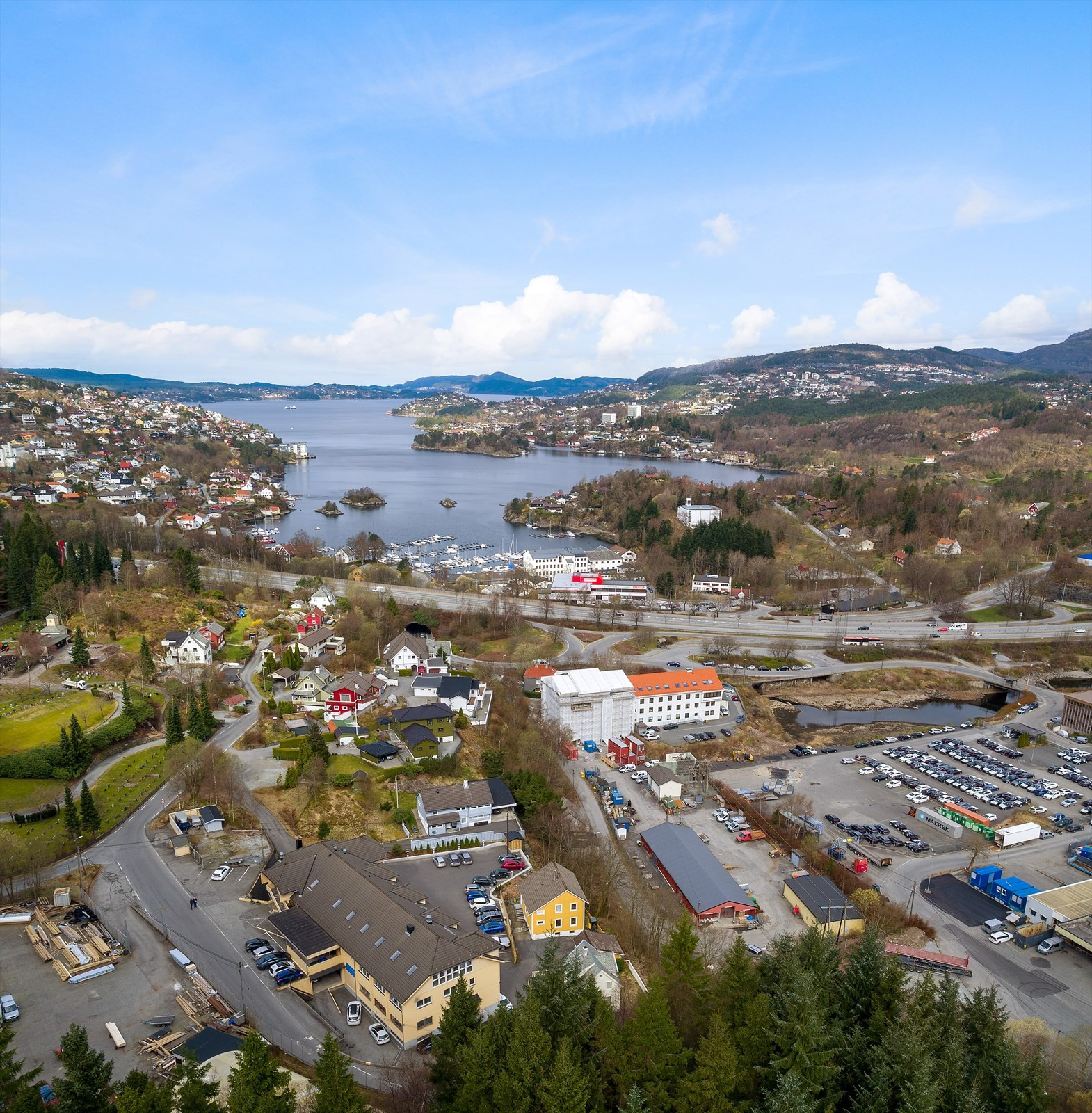 Meget egnet plassering mellom Åsane og Bergen sentrum. Også enkel adkomst fra søndre bydel.