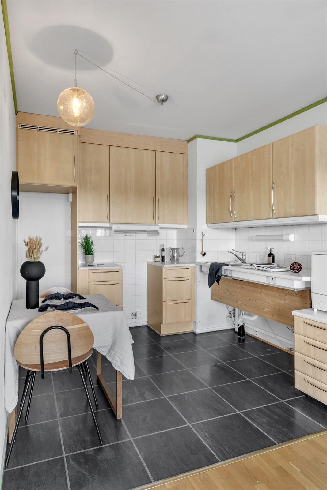 Kjøkken er handicaptilpasset. God plass til liten spiseplass på kjøkkendelen.