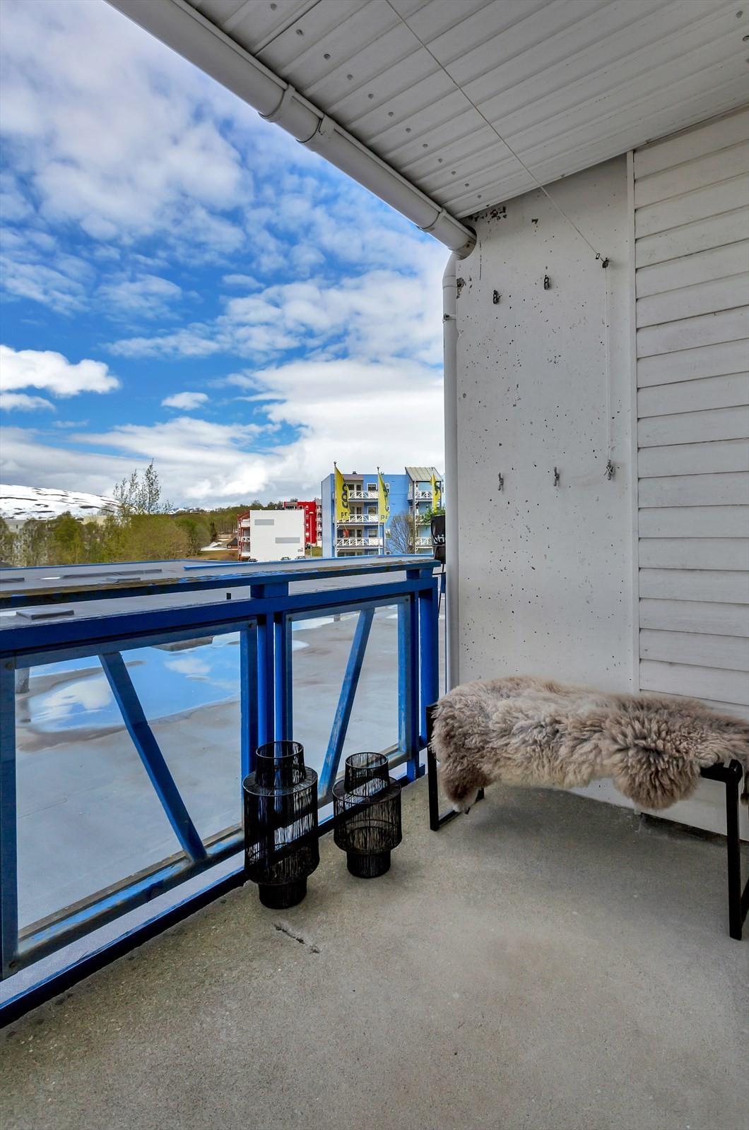 Balkong med svært gode solforhold. I tillegg er det fellesterrasser i borettslaget som er sørvendt.