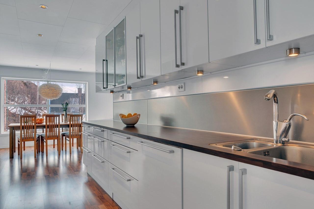 Stort kjøkken med godt med skapplass.