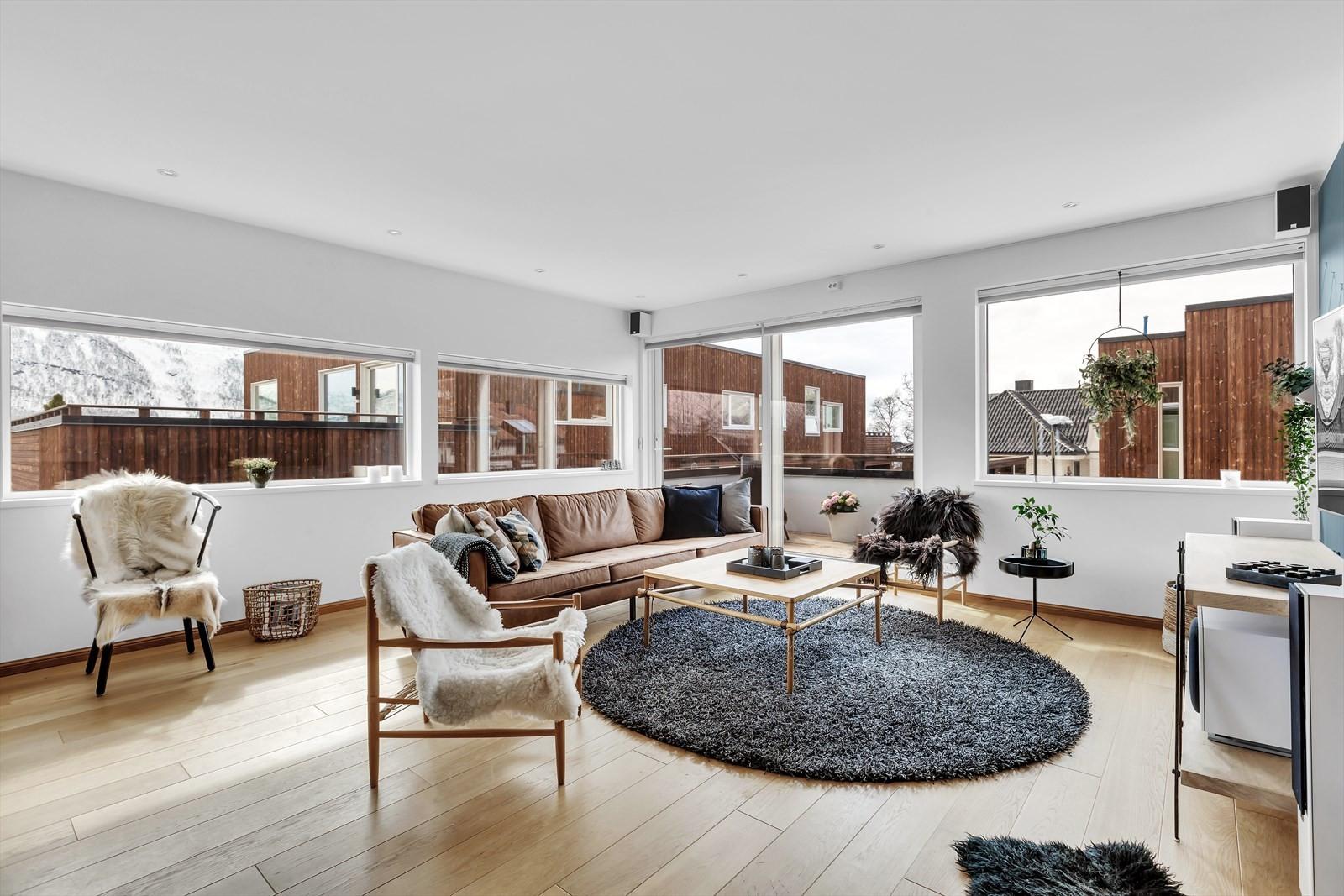 Stuen er lys og luftig med store vindusflater som slipper inn mye naturlig lys