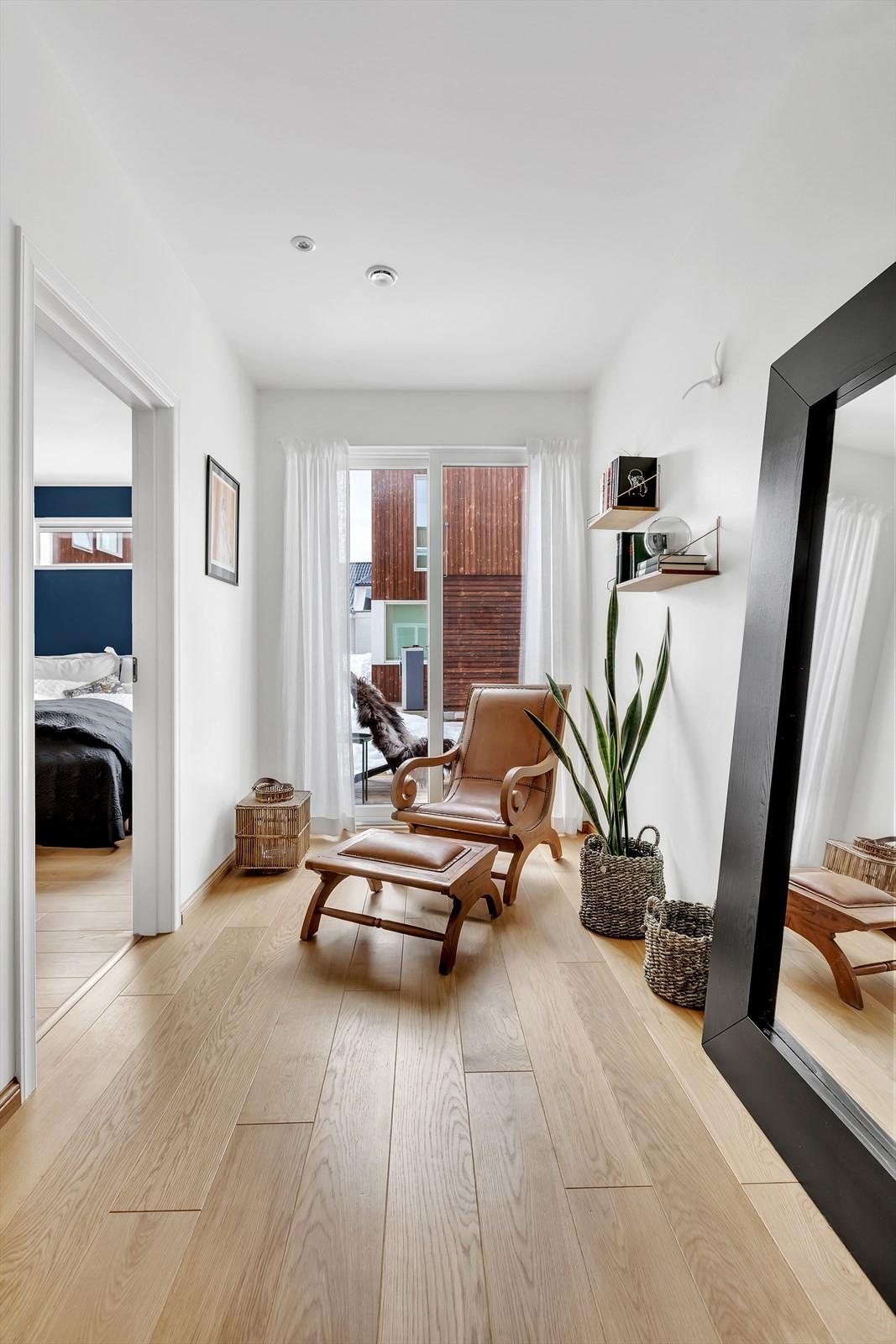 I enden av gangen i 1. etasje finner du plass til en praktisk liten stue/kontor